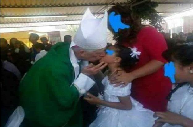 Brésil: un évêque donne la communion aux jeunes filles en les embrassant.