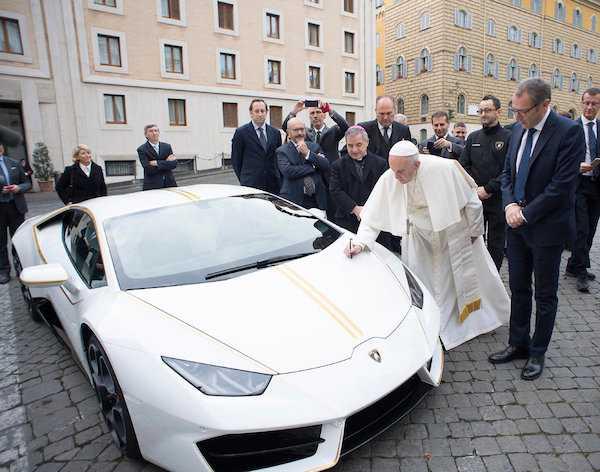 Le pape François reçoit une Lamborghini comme cadeau, Voici ce qu'il a décidé de faire avec ….