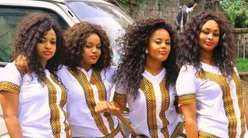 Quatre beautés noires révèlent ce qu'il faut pour avoir une jolie fille comme eux sans argent
