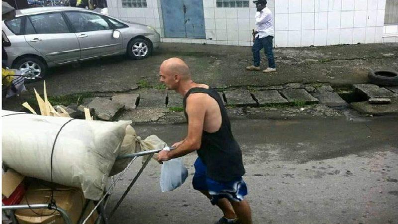 Ruiné par sa petite amie camerounaise, un Français devient pousseur a Douala
