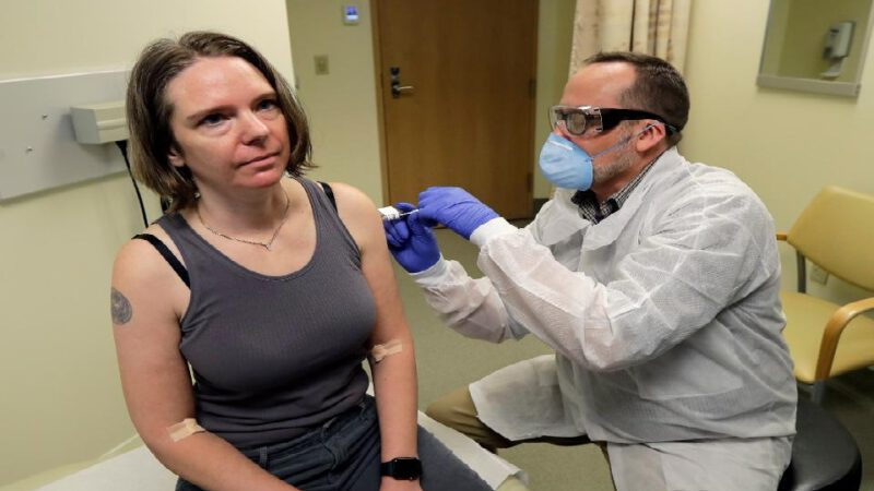 États-Unis: une première personne reçoit une injection de vaccin contre le coronavirus