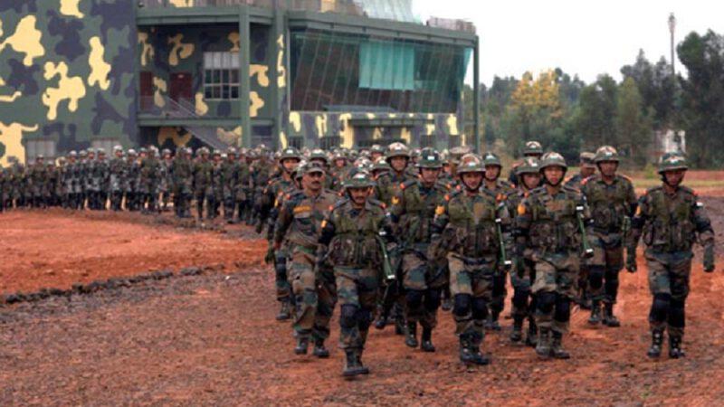 L'Inde et la Chine précipitent des troupes et des armes dans la région frontalière contestée