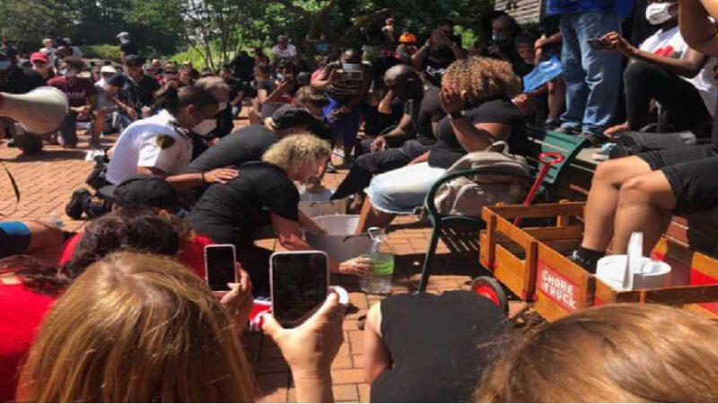 Des flics blancs s'agenouillent pour laver les pieds des manifestants noirs et implorent pardon pour des années de racisme (vidéo)