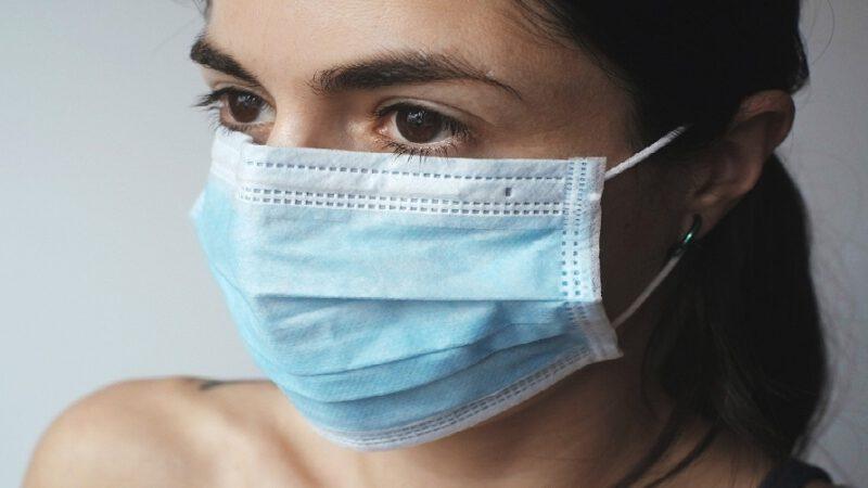 Une femme a acheté un masque «filtré» mais ne s'attendait pas à ce qu'elle a trouvé à l'intérieur