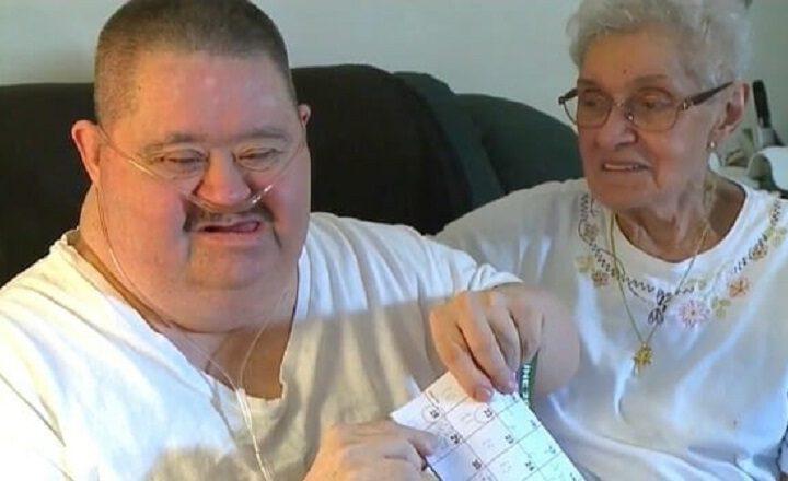 Les médecins ont informé sa mère qu'il ne vivrait pas après l'âge de 11 ans, il aura bientôt 62 ans