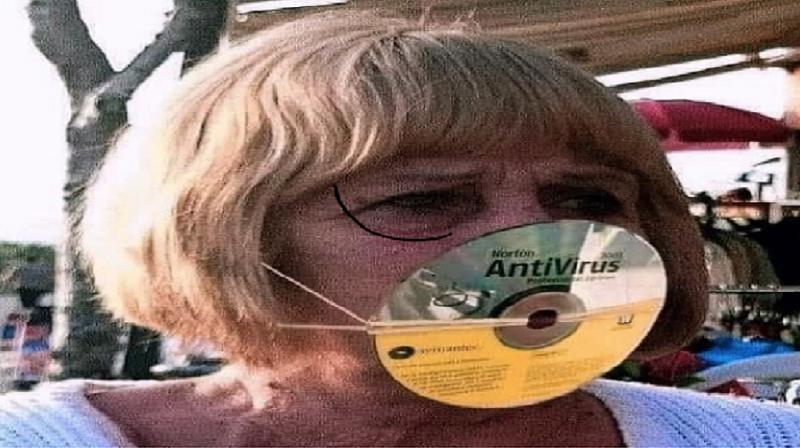 Une femme porte un disque antivirus Norton pour se protéger contre Covid-19