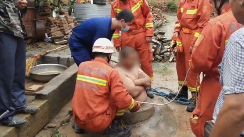 Le gros ventre d'un Chinois l'empêche de tomber dans un puits