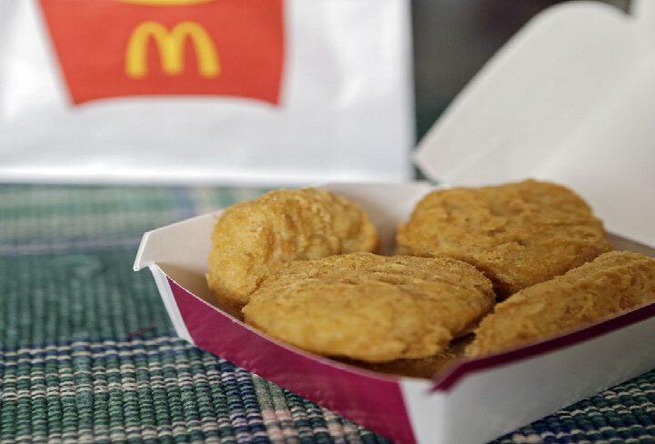 Un homme prétend avoir été blessé par Chicken McNugget et poursuit McDonald's pour $1,1 million en dommages-intérêts