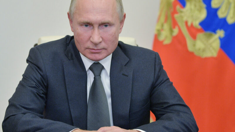 Poutine ne prendra pas le vaccin russe du COVID-19, malgré les allégations d'efficacité de 90%