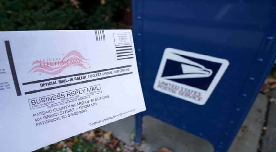Un employé de l'USPS arrêté à la frontière canadienne avec un bac de courrier et des bulletins de vote non remis
