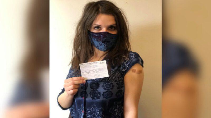 Une fille explique pourquoi elle est en colère après avoir reçu le vaccin contre le covid-19