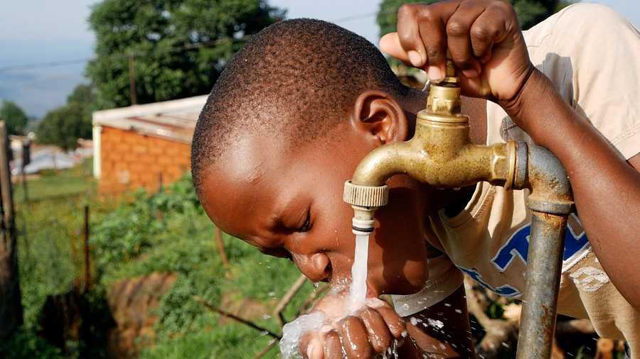 Est-il possible d'attraper le coronavirus via l'eau du robinet? L'OMS tranche