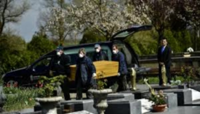 Royaume-Uni: une femme meurt à l'enterrement de sa mère décédée du Covid-19