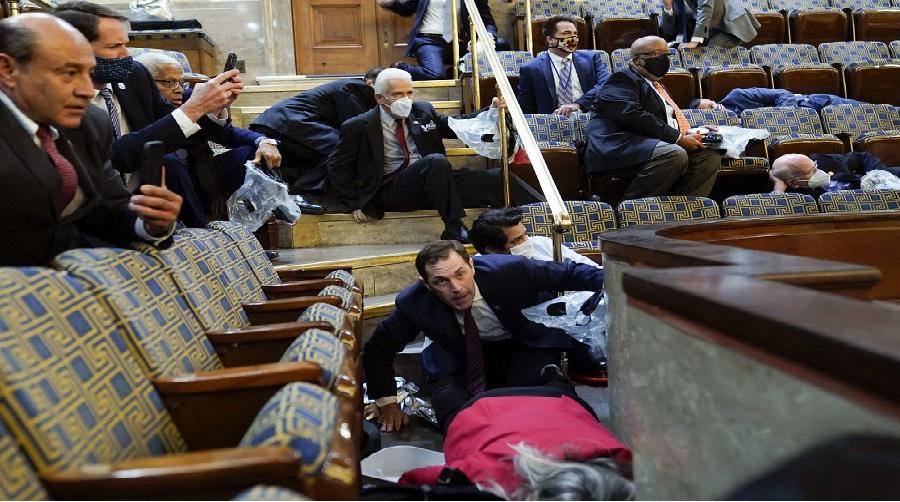Les législateurs escortés alors que les partisans de Trump ont pris d'assaut le Capitole…