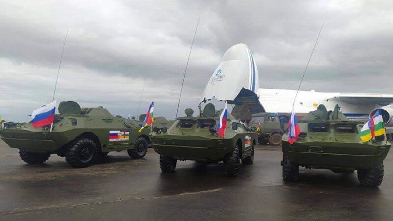 Débarquement de chars de guerre pour l'armée centrafricaine.