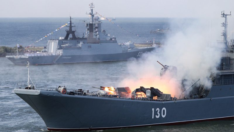 Un navire de guerre de la marine russe entre dans la Manche