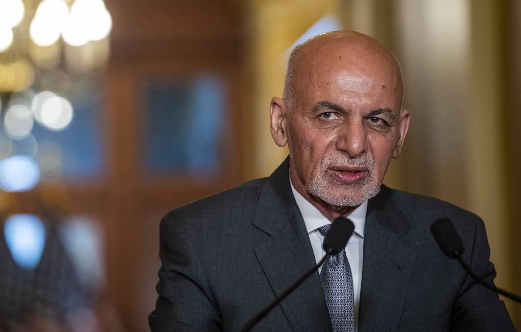 Le président afghan Ghani a fui Kaboul dans un hélicoptère rempli d'argent