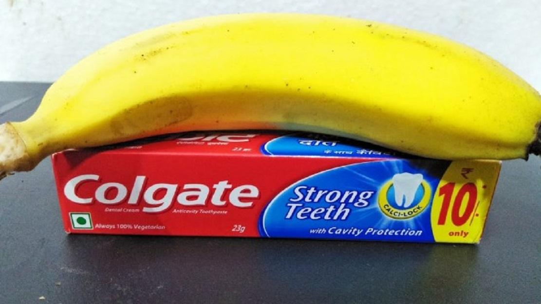 Ce que les filles font avec la banane et le colgate