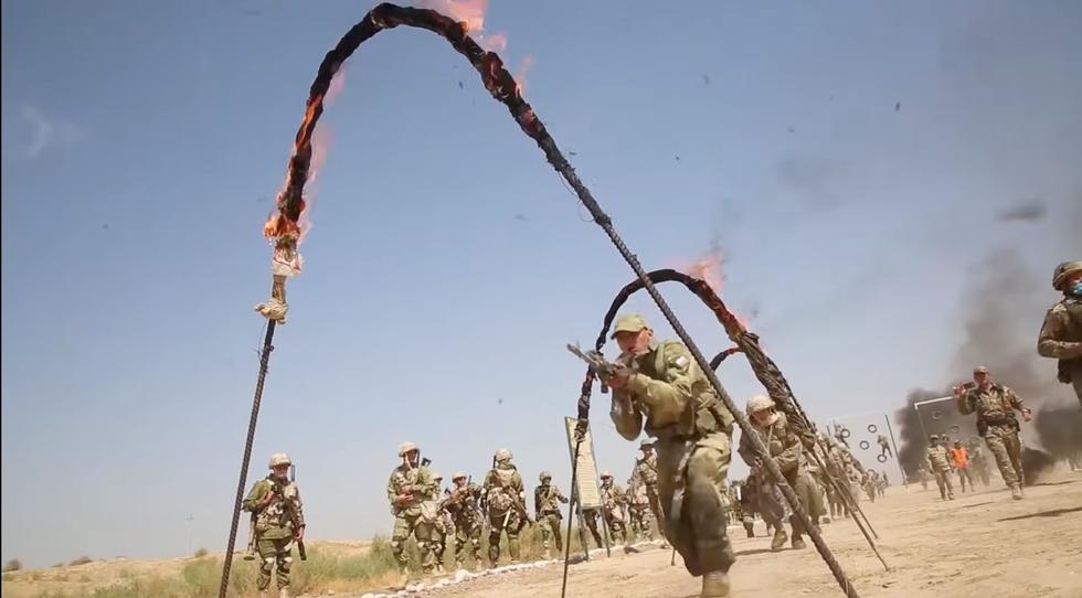 Regardez les troupes russes sauter à travers … les cerceaux enflammés